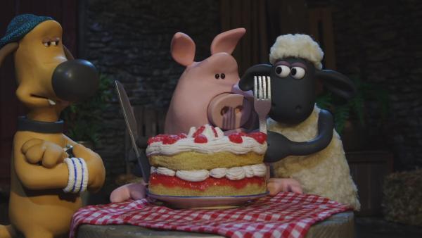 Shaun lädt das Schwein in die Scheune ein.  | Rechte: © KiKA