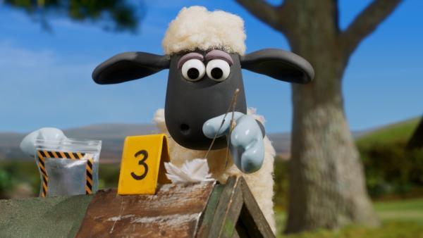 Wer ist der Trillerpfeifendieb? Shaun sichert die Spuren. | Rechte: WDR/BBC/Animation Ltd