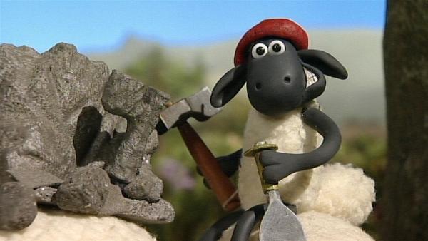 Shaun versucht sich als Bildhauer. Einen Stiefel hat er schon frei gehauen.   Rechte: WDR/Aardman Animation Ltd./BBC