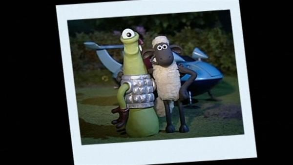 Der Fremde ist wirklich nett. Ein Erinnerungsfoto beweist den seltsamen Besuch. | Rechte: WDR/Aardman Animation Ltd./BBC