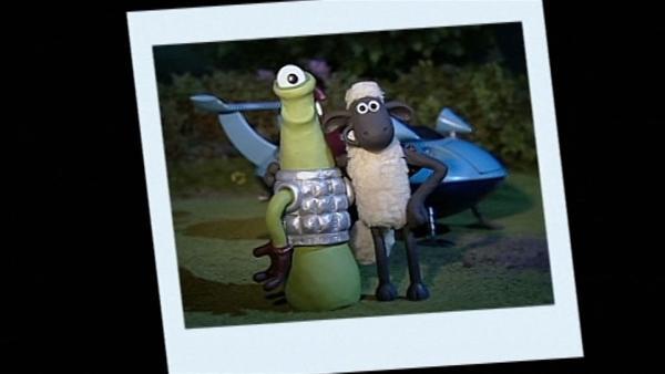 Der Fremde ist wirklich nett. Ein Erinnerungsfoto beweist den seltsamen Besuch.   Rechte: WDR/Aardman Animation Ltd./BBC