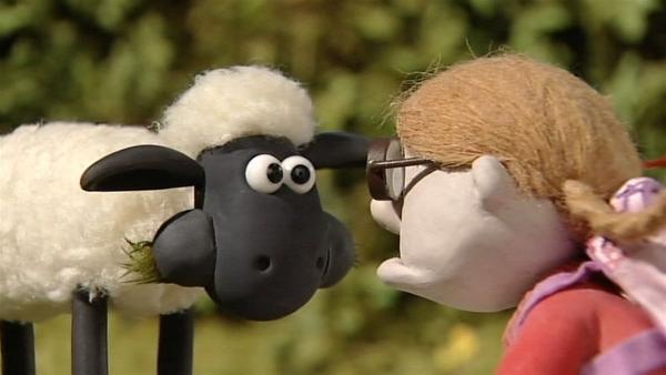 Freund oder Feind? Die Nichte des Farmers ist zu Besuch. Aug' in Aug' steht ihr Shaun gegenüber. | Rechte: WDR/Aardman Animation Ltd./BBC