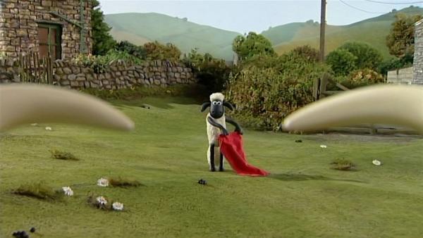 Wie ein Torero steht Shaun dem Stier gegenüber. Hoffentlich geht das gut!   Rechte: WDR/Aardman Animation Ltd./BBC