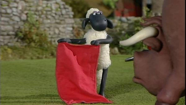 Mutig steht Shaun dem Stier gegenüber. Was kann da noch schief gehen? | Rechte: WDR/Aardman Animation Ltd./BBC