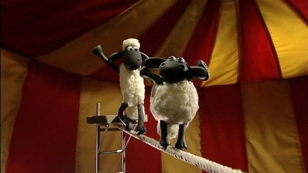 Timmy läuft über das Hochseil. Das ist ganz schön gefährlich - doch Hilfe naht!   Rechte: WDR/Aardman Animation Ltd./BBC