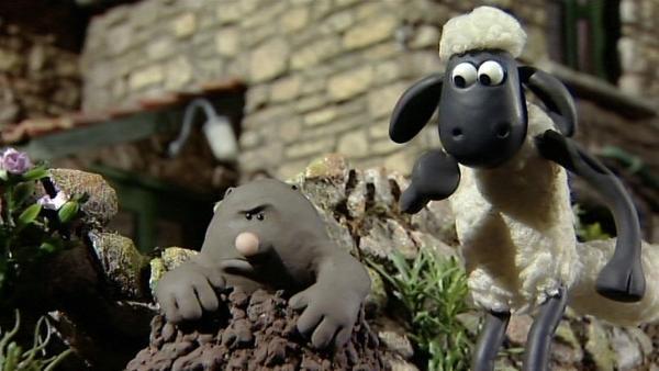 Was ist das? Ein seltsamer, etwas grimmiger Kerl krabbelt aus dem Boden.   Rechte: WDR/Aardman Animation Ltd./BBC