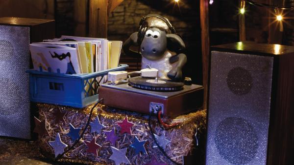 Während der Farmer versucht seinen neuen CD-Player zum Laufen zu bringen, vergnügen sich die Schafe mit dem weggeworfenen Plattenspieler samt Plattensammlung. | Rechte: WDR/Aardman Animations Ltd.