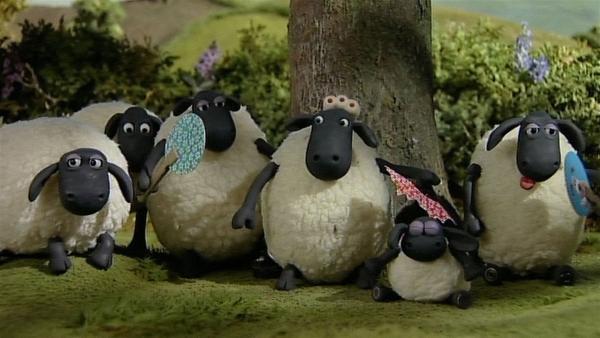 Die Hitze ist unerträglich auch der Baum bietet ein wenig kühlenden Schatten. Die Schafe leiden. | Rechte: WDR/Aardman Animation Ltd./BBC