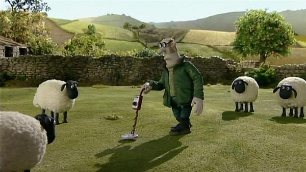 Mit einem seltsamen Gerät geht der Farmer die Wiese ab. Was macht er wohl? | Rechte: WDR/Aardman Animation Ltd./BBC