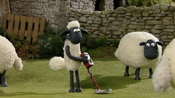 Shaun versucht sich als Schatzsucher. Liegen unter dem Gras wertvolle Dinge? | Rechte: WDR/Aardman Animation Ltd./BBC