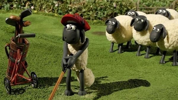 Shaun wagt ein Golfspielchen. Kann doch nicht so schwer sein den Ball richtig zu schlagen. | Rechte: WDR/Aardman Animation Ltd./BBC