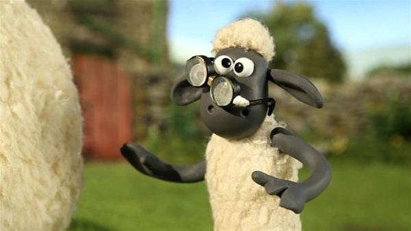 Shaun hat die Brille des Farmers gefunden. Wer kann damit denn sehen? | Rechte: WDR/Aardman Animation Ltd./BBC