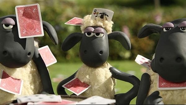 Ein Kartenspiel macht Shaun und den anderen Schafen viel Spaß. Ob das mit rechten Dingen zugeht? | Rechte: WDR/Aardman Animation Ltd./BBC