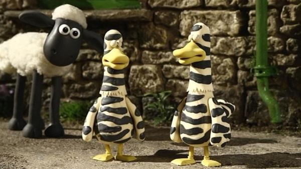 So komische Vögel hat Shaun noch nie gesehen. Oder haben die ihren Schlafanzug noch an? | Rechte: WDR/Aardman Animation Ltd./BBC
