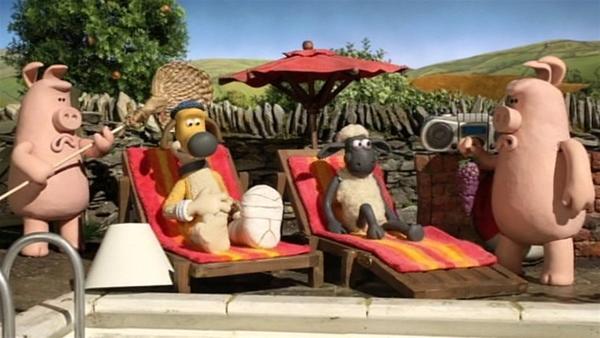 Wer zuletzt lacht, lacht am besten. Shaun und Bitzer lassen sich von den Schweinen verwöhnen. | Rechte: WDR/Aardman Animation Ltd./BBC