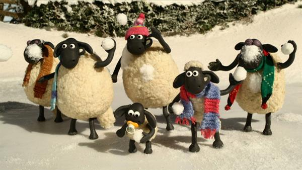 Eine Schneeballschlacht macht allen Spaß, also Mütze und Schals umlegen und los geht's. | Rechte: WDR/Aardman Animation Ltd./BBC