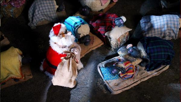 Der Bauer beschert seine Tiere zu Weihnachten. | Rechte: WDR/Aardman Animations Ltd.