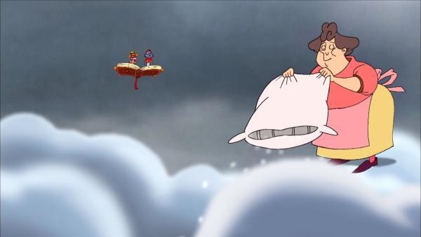 Frau Holle schüttelt  im Wolkenreich das Kissen auf.   Rechte: NDR/Greenlight Media AG