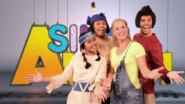 Singa mit Darstellern aus dem Yakari-Musical | Rechte: ZDF/Rico Rossival