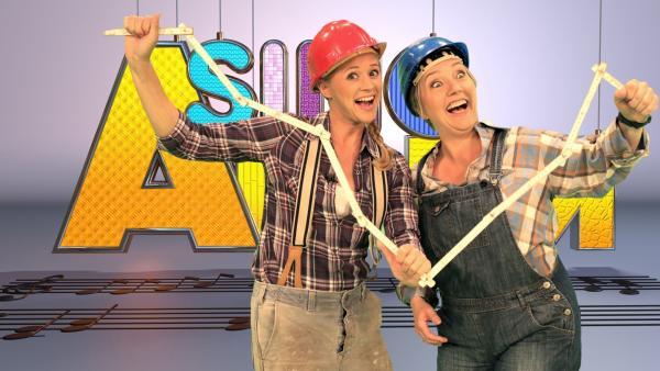Singa (li.) und Kinderliedermacherin Bettina Göschl | Rechte: ZDF/Rico Rossival