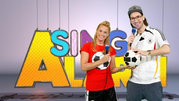 Singa zeigt in der heutigen SingAlarm-Sendung ihrem Studiogast herrH, wie man richtig Fußball spielt. | Rechte: ZDF/Rico Rossival