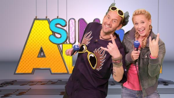 In der heutigen SingAlarm-Sendung geht Singa mit Studiogast Tom Lehel ein Licht auf. | Rechte: ZDF/Rico Rossival