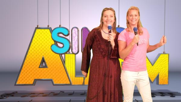 Heute ist Singa mit Studiogast Bettina Göschl in der Märchenwelt unterwegs. | Rechte: ZDF/Rico Rossival