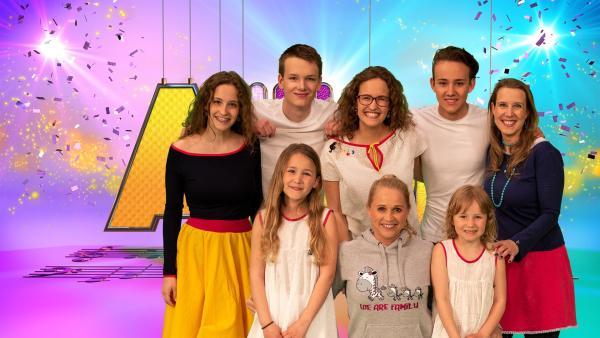 Singa und die Studiogäste der musikalischen La-Le-Luna Familie | Rechte: ZDF/MES GmbH