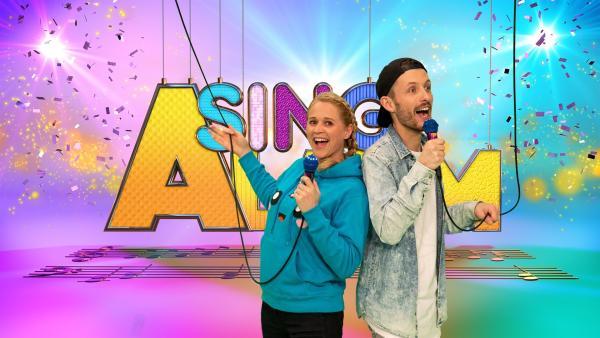 Moderatorin Singa und Sänger Nilsen im SingAlarm Studio | Rechte: ZDF/MES GmbH