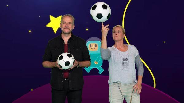 """Wie die Aliens im Weltall Fußball spielen, verrät Dän bie """"SingAlarm"""".   Rechte: ZDF/MES GmbH Wiesbaden"""
