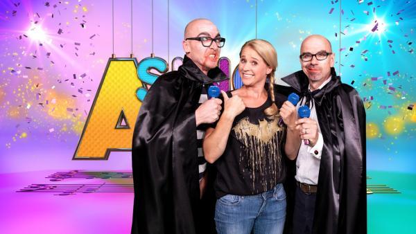 SingAlarm: Singa steht mit dem Duo Ich und Herr Meyer im Studio. Die beiden sind als Vampire verkleidet | Rechte: ZDF/MES