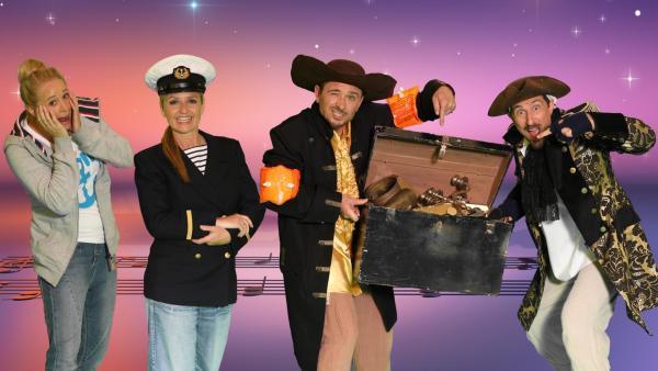 Moderatorin Singa schaut schockiert in die Kamera, Sandie Wollasch posiert als Kapitänin verkleidet und DONIKKL präsentieren als Piraten ihre Schatzkiste. | Rechte: ZDF