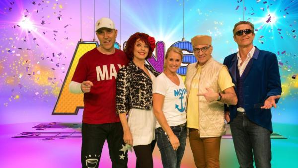 Die Berliner Band Rumpelstil (links und rechts außen) präsentieren sich mit Moderatorin Singa (Mitte) in ihrem üblichen Bühnenoutfit im SingAlarm-Studio. | Rechte: ZDF