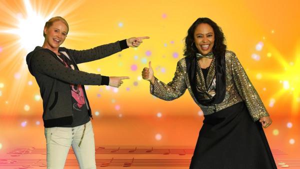 Moderatorin Singa zeigt auf Pat Appleton, die einen Daumen hoch hält. Beide lachen in die Kamera. | Rechte: ZDF