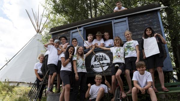 Die SommerCamp-Gruppe vor dem Bauwagen | Rechte: MDR/Cine Impuls Leipzig