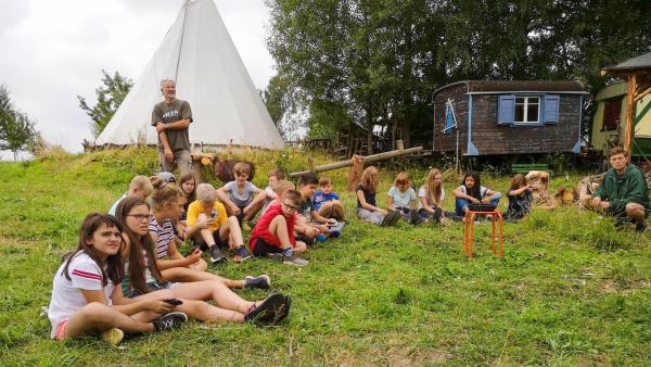 Um miteinander gut klar zu kommen, braucht es auch Camp-Regeln. Und wie die aussehen sollen, entscheiden die Kids selber. | Rechte: MDR/Cine Impuls Leipzig