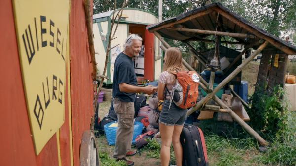 """Im Camp angekommen nimmt """"Camp-Papa"""" Thomas alle Kids, wie hier Mayra, herzlich in Empfang.   Rechte: MDR/Cine Impuls Leipzig"""