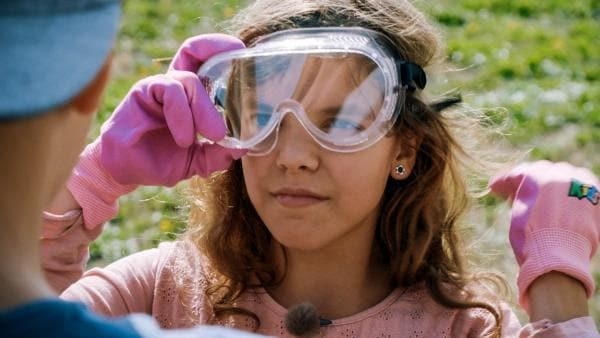Bevor es richtig los geht, werden aber erst mal die Schutzbrillen aufgesetzt. Carlotta hat den Durchblick!   Rechte: MDR/Cine Impuls Leipzig