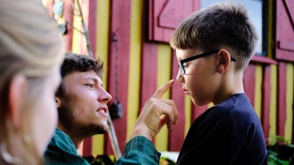 Jonas schminkt Jannik mit selbstgemachter Schminke. | Rechte: MDR/Cine Impuls Leipzig