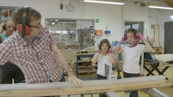 Matilda und Carlotta unternehmen einen Ausflug. Altes Holz wird wieder flott gemacht. Wohin es geht? Wird noch nicht verraten. | Rechte: MDR/Cine Impuls Leipzig