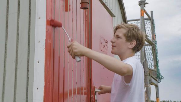 Jona sieht rot beim Anstrich! | Rechte: MDR/Cine Impuls Leipzig