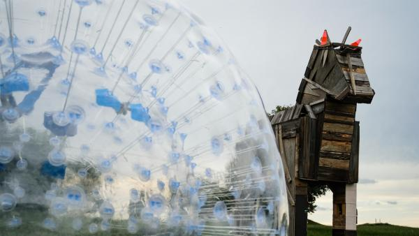 Am Holzpferd wartet eine große Überraschung auf die Camp-Kids. | Rechte: MDR/Cine Impuls Leipzig