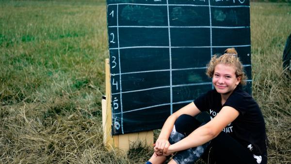 Lina notiert sich beim Wettkampf die Punkte.   Rechte: MDR/Cine Impuls Leipzig