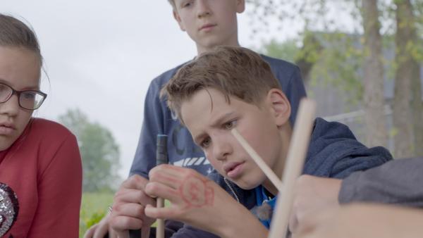 Auch für Alvin ist so ein Devilsstick echt knifflig. Alida und Luca sehen zu. | Rechte: MDR/Cine Impuls Leipzig