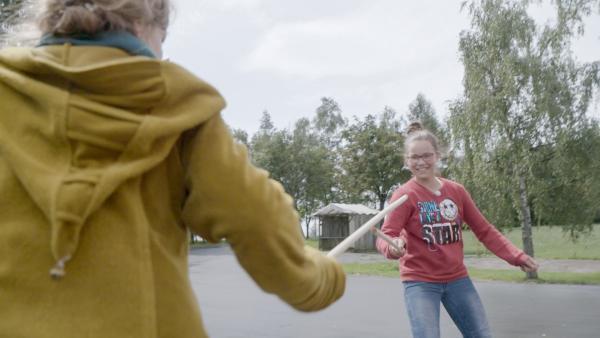 Alida und Carlotta im Devilstick-Gefecht | Rechte: MDR/Cine Impuls Leipzig