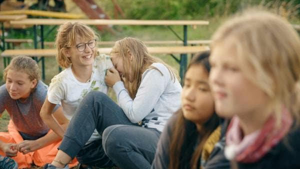Hi, hi, hi für Käthe (2.v.li.) und Mayra (3.v.li.) gibt's immer was zum Lachen. | Rechte: MDR/Cine Impuls Leipzig