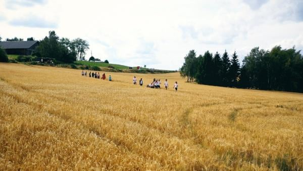 Die Camp-Kids starten einen gemeinsamen Ausflug in den Wald. Was da wohl auf sie wartet? | Rechte: MDR/Cine Impuls Leipzig