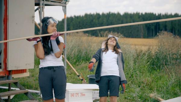Vanessa (re.) hat den Bauwagen-Limbotanz gut drauf. | Rechte: MDR/Cine Impuls Leipzig