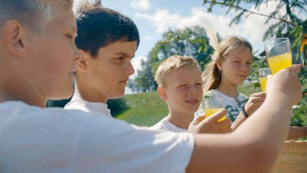 Party Time! (V.l.:) Aaron, Marius,Valentin und Mayra stoßen an. | Rechte: MDR/Cine Impuls Leipzig
