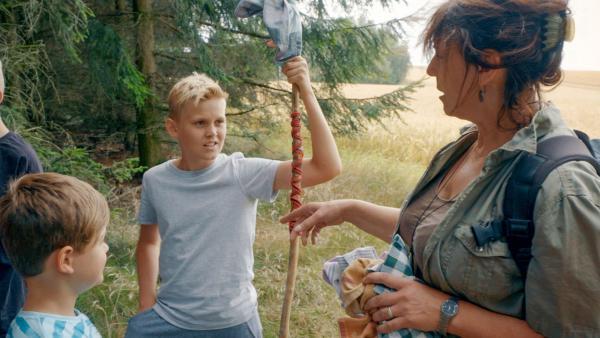 Karin weiß alles über die Pflanzen. Aaron hört interessiert zu.   Rechte: MDR/Cine Impuls Leipzig